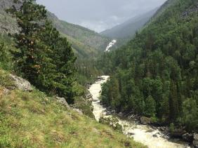 Отдых на Алтае : Что посмотреть рядом с перевалом Кату-Ярык : Река Чульча и вдалеке - водопад Учар